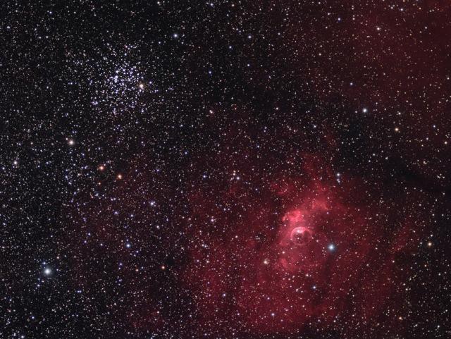 М52 оддын нээлттэй бөөгнөрөл нь саяхан тусдаа нийтлэлээр дурьдагдаж байсан бөмбөлгөн мананцарын хажууханд нь оршдог юм. Зохиогч: Том Матисон