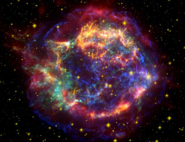 Хэт-шинэ одны дэлбэрэлтийн үлдэгдэл мананцар болох Cas A-ийн олон янзын гэрлийн мужуудад авсан хэмжилтүүдийг нийлүүлж бүтээсэн зураг. Улаан өнгө нь сансарын Шпитцер дурангийн инфра-улаан туяаны мужид хийсэн хэмжилтүүд, шар нь сансарын Хаббл дурангийн үзэгдэх гэрлийн мужид хийсэн хэмжилтүүд харин цэнхэр хөх нь сансарын Чандра дурангийн гамма туяаны мужид хийсэн хийсэн хэмжилтүүд юм. Энд дарж зургийг томоор үзээрэй. Харин энд дарж зөвхөн Хаббл дурангийн үзэгдэх гэрлийн зургийг харьцуулж сонирхоорой. Зохиогч: НАСА