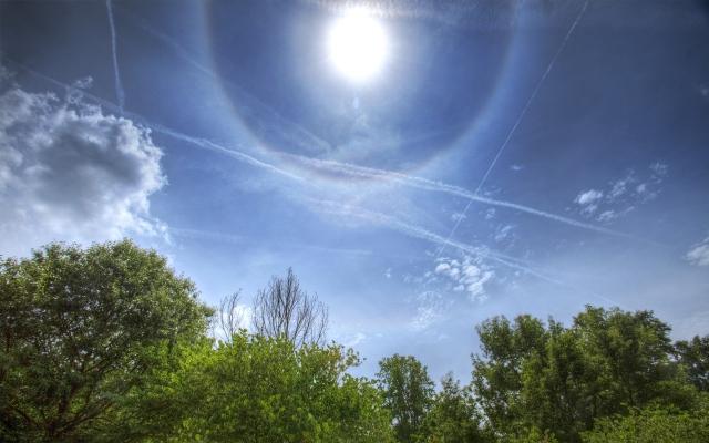 Өмнөх зурган дээрх цагирагыг үүсгэж буй усны кристалууд өдрийн цагаар бий болход нарны 22 градусын цагираг мөн харагдана. Зохиогч: Гиакомо