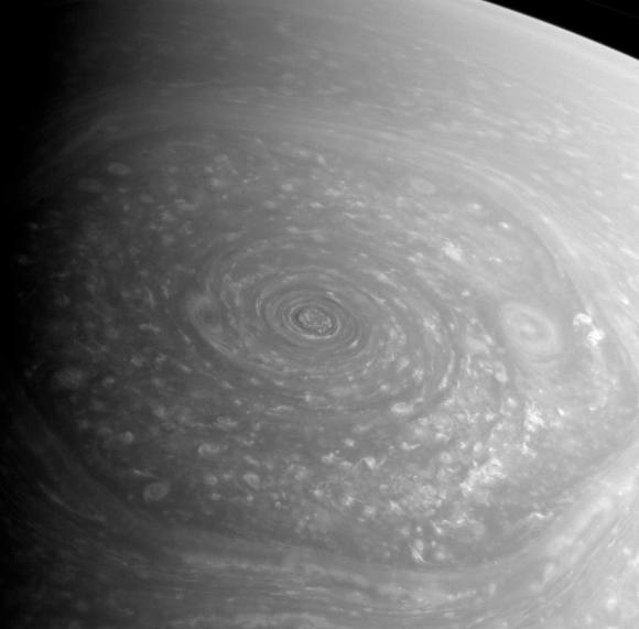 2009 онд санчирын хойд туйлд нар мандаж эхлэх үеэр Кассини хөлөг анх удаагаа үзэгдэх гэрлийн мужид 6 өнцөгт бүтэцийн зургийг авсан юм. Зохиогч: НАСА, Кассини